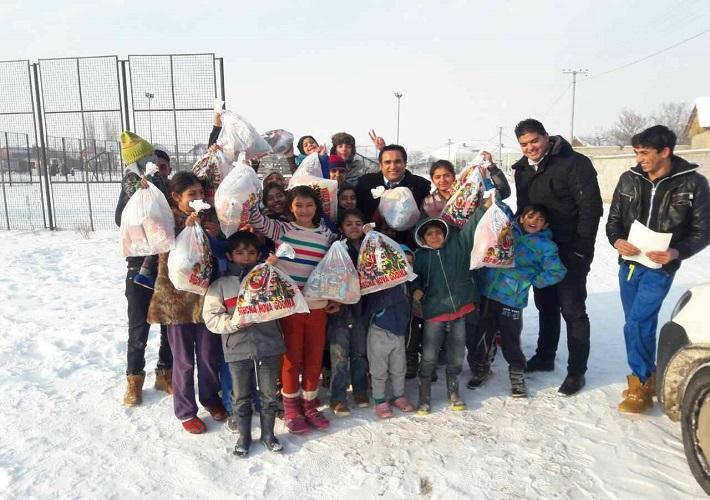 Томић и Шерифовић обезбедили новогодишње пакетиће за децу ромске националности