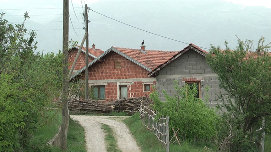 Обијена Црква у Сувом Долу и дом повратника у Брестовику код Пећи