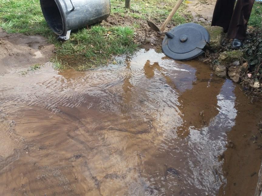 Цев прсла, вода се неколико дана излива, а проблем нико да реши?!