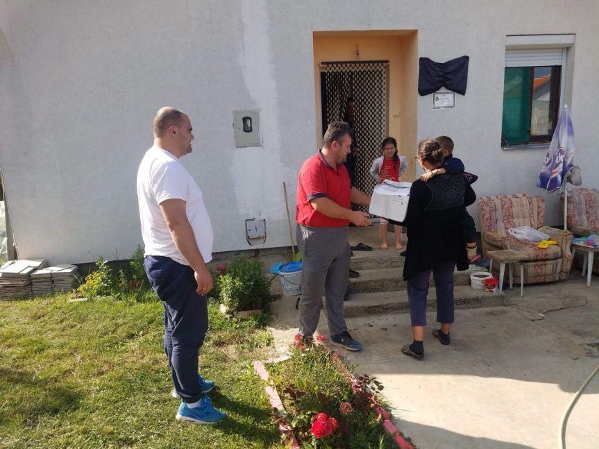 Мештанин Грачанице поделио пакете хране најугроженијим суграђанима
