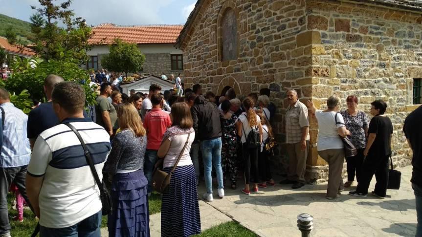 Велики број верника поклонио се моштима Светих Врача у Зочишту