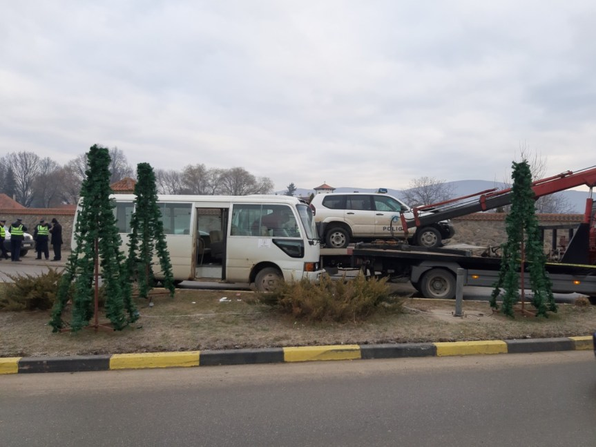 Грачаница: У судару минибуса и полицијског џипа повређeни возачи оба возила и троје ученика