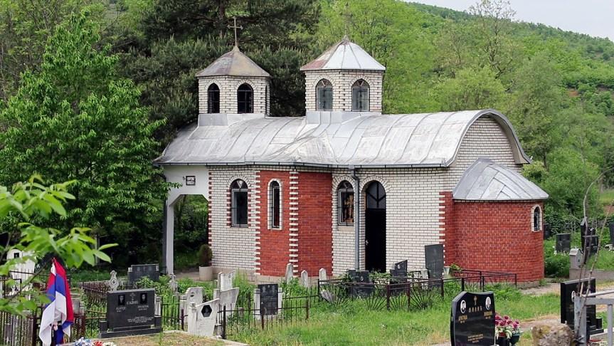 Обијена црква Свете Петке у Гојбуљи код Вучитрна
