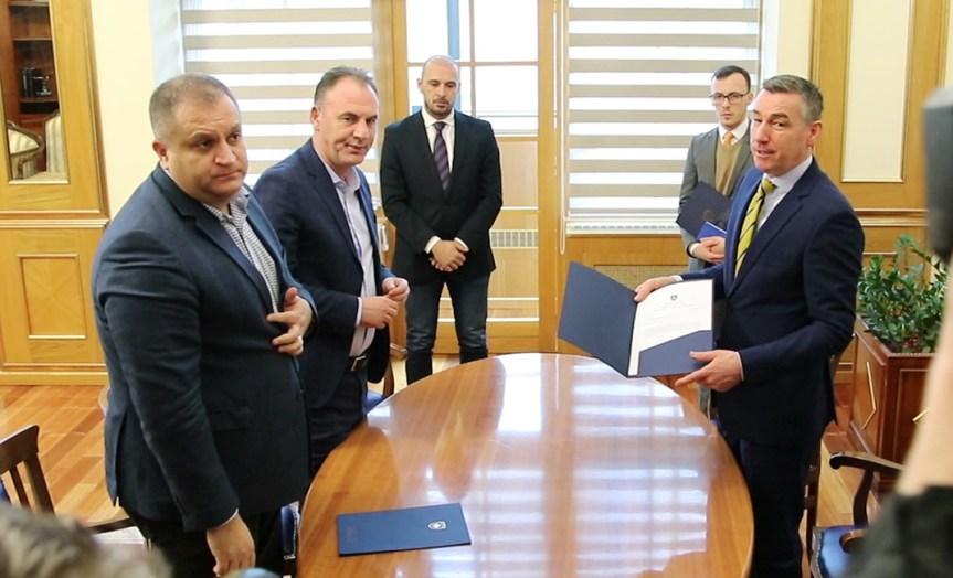 Председнику Скупштине Косова поднета Платформа о дијалогу Београда и Приштине. Ахмети: Платформа штити устав и интегритет Косова.