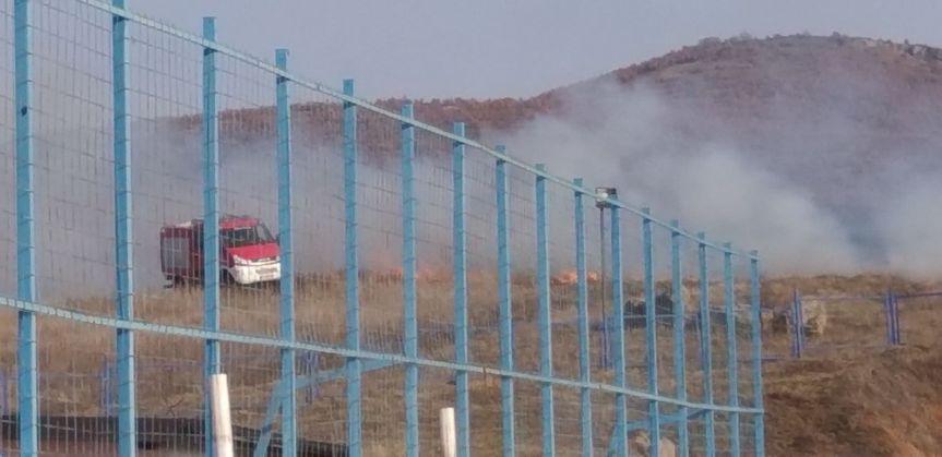Угашен пожар у близини спортског комплекса у Грачаници
