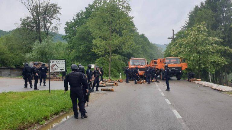 Зубин Поток: Полиција уклонила барикаде, повређена четири полицајца!