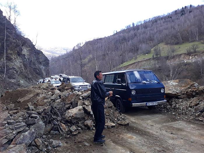 Učestali odroni kamenja na magistralnom putu u Opštini Dragaš