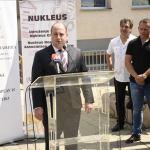 """Kozarev u Gračanici uručio sanitetsko vozilo za KBC i ključeve """"Gostinske kuće"""" Domu kulture"""