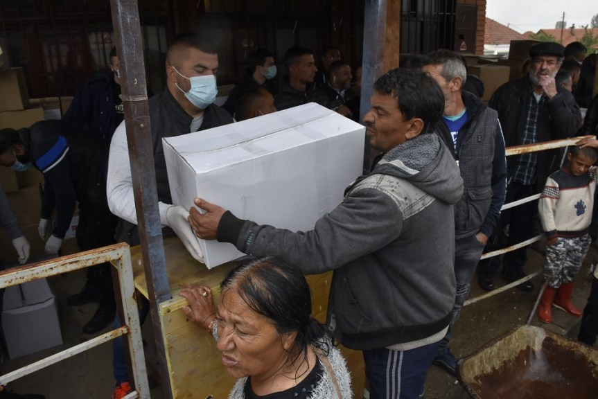 Ромским породицама подељени пакети помоћи