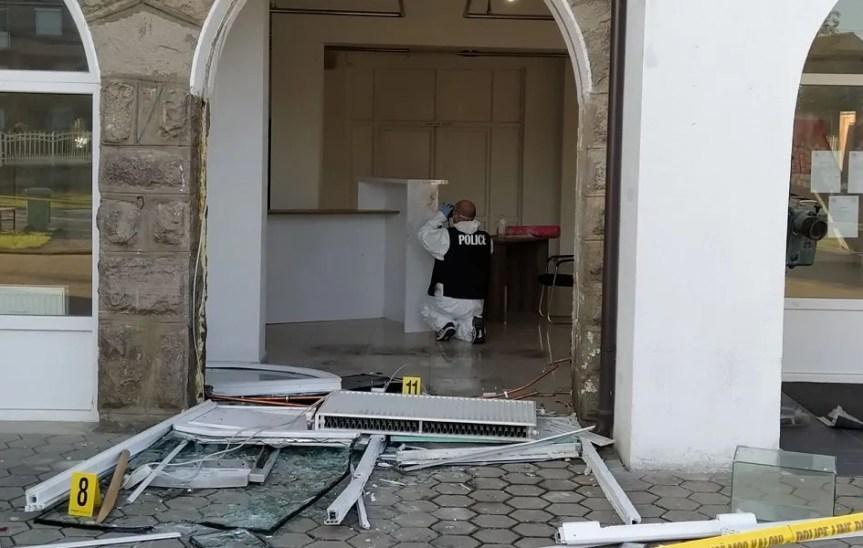 [ВИДЕО]Грачаница: Украден па враћен банкомат испред Дома културе