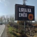 Билоборд са амблемом УЧК на прилазу Грачаници