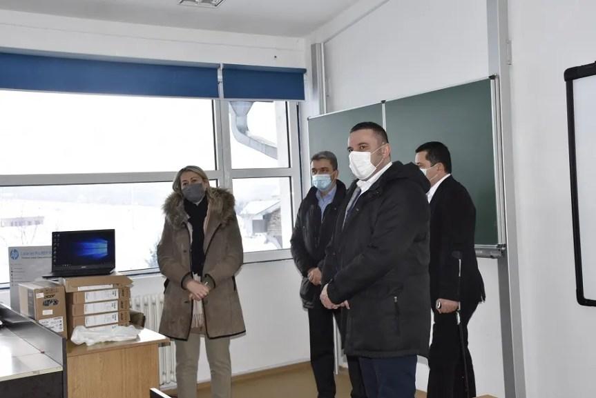 """Канцеларија за КиМ уручила информатичку опрему О.Ш. """"Свети Сава"""" у Сушици"""