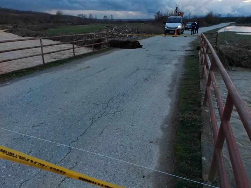 Оштећен мост код Осојана