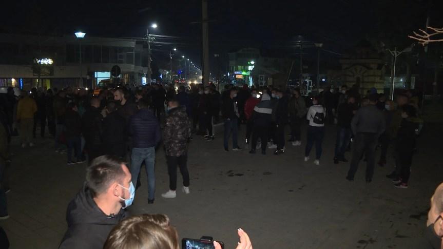 Ухапшенима у тучи у Лапљем Селу одређен притвор од 30 дана; протест родитеља и ученика