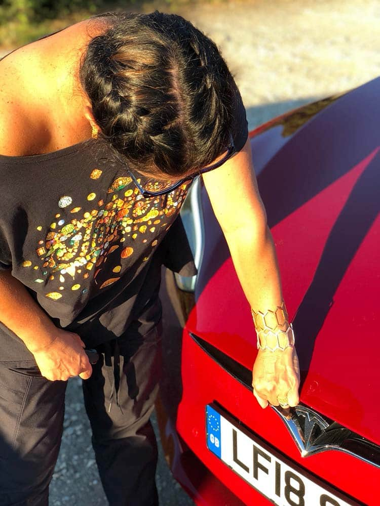 Gracie opulanza Tesla model S