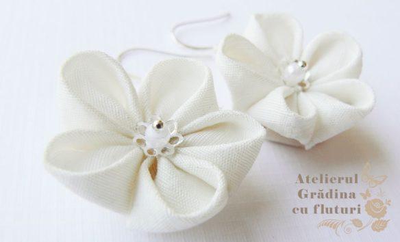 Cercei cu flori albe de cireş, tortiţe şi lanţ argintiu - diametru 2.5 cm