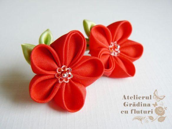 Cercei cu fllori roşii şi frunze verzi la baza urechii - diametru 2.5 cm