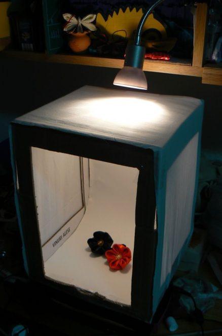 Cutia mea de lumină, cu o lampă cu halogen prinsă deasupra.