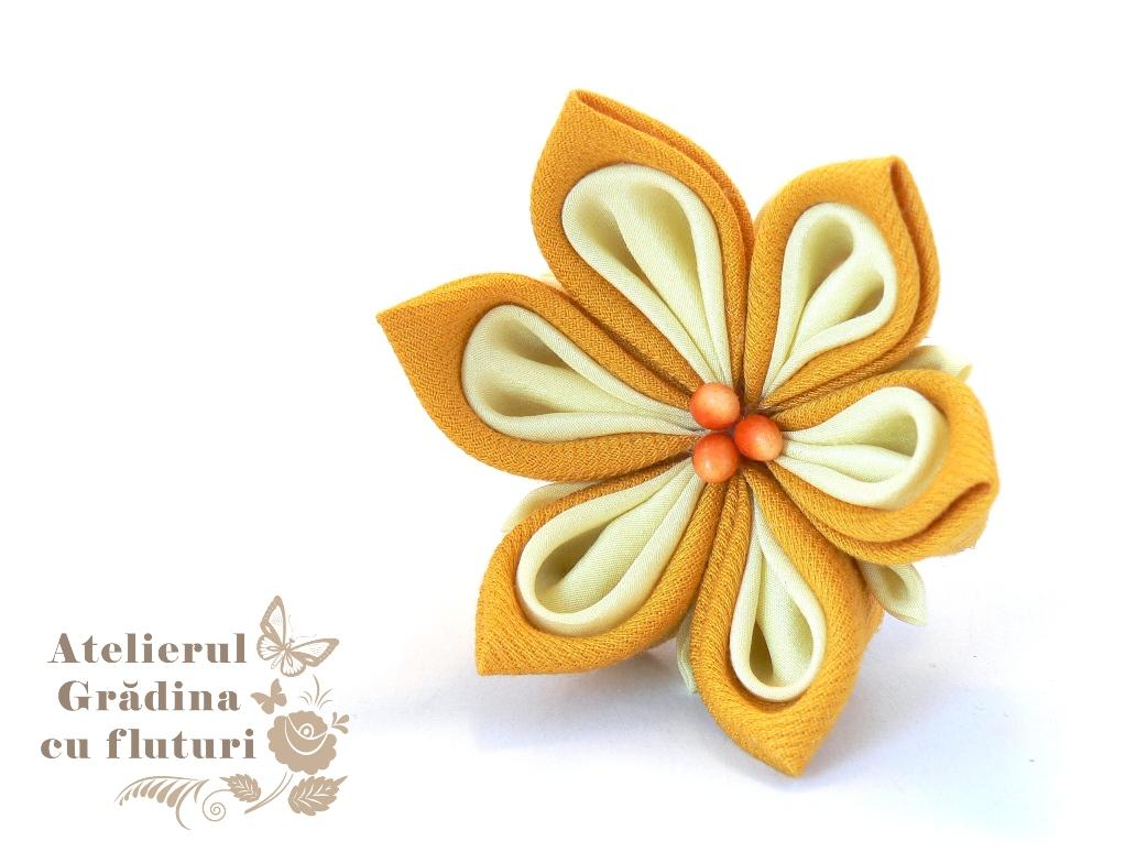 Floare galbenă de nufăr pe clamă de păr