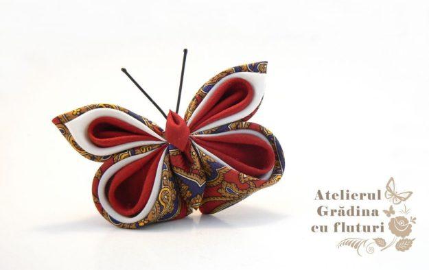 Broşă cu fluture din mătase roşie din cravată, mătase albă şi vişinie.