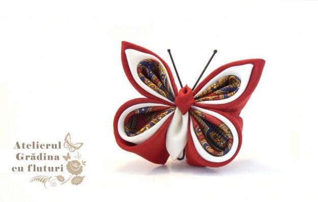 Broşă cu fluture din mătase roşie din cravată, mătase albă şi roşie.