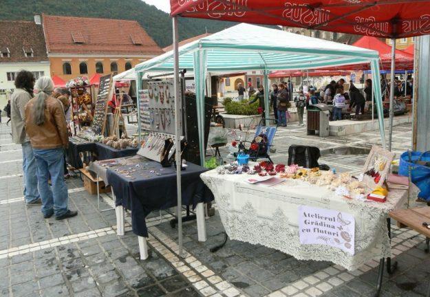 Panorama în Piața Sfatului cu standul