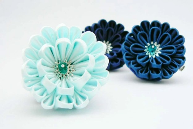 Crizantema kanzashi baza dubla din satin baby blue