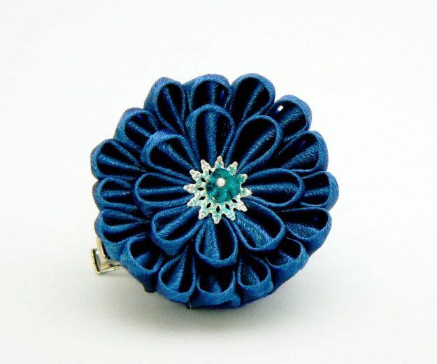 Crizantema kanzashi baza dubla din satin bleu inchis