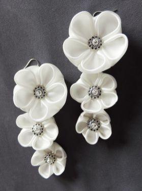 Cercei lungi nunta - flori kanzashi - satin alb