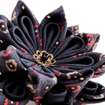 Lotus mare din matase albastra bleumarin- kanzashi handmade detaliu