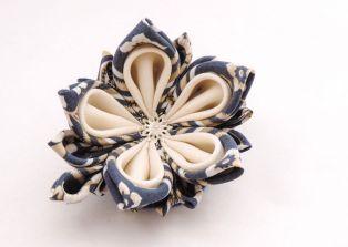 Lotus mic din matase albastra cu alb - kanzashi handmade