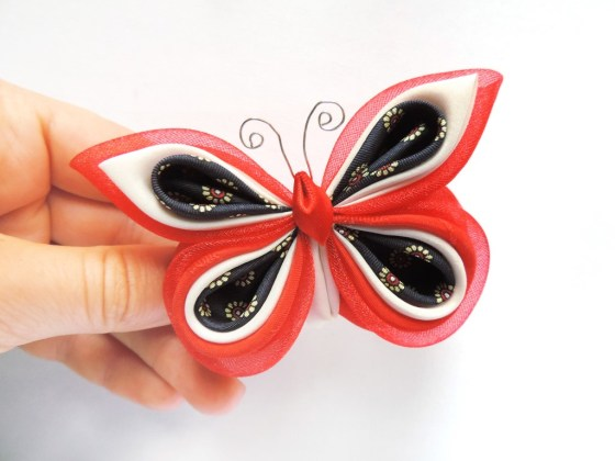 Fluture pe bază de broșă din mătase reciclată și organza pe rosu bleu 2