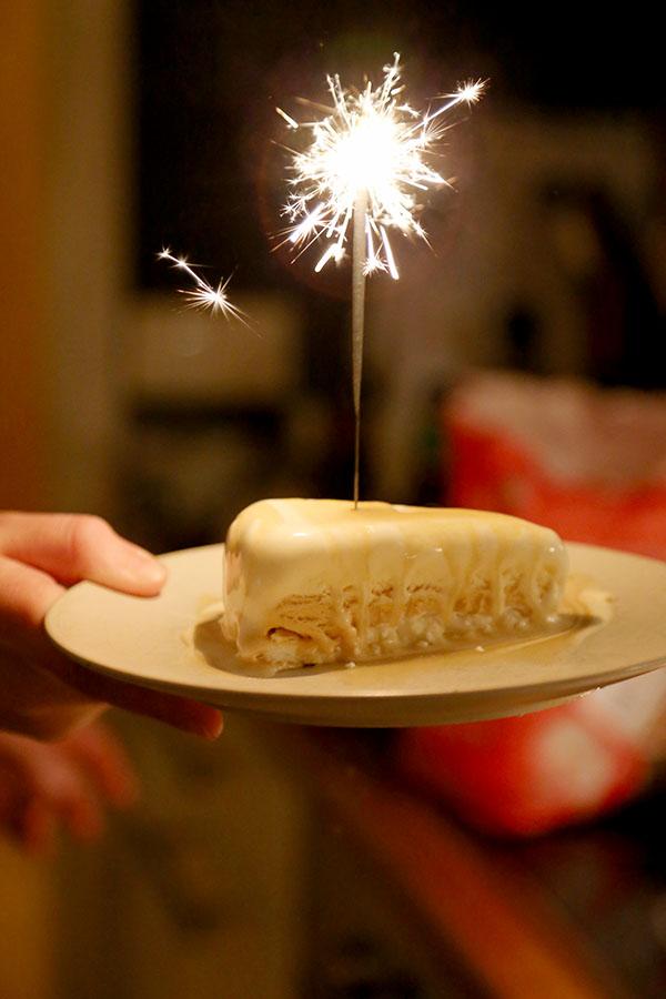 Glasstårta på marängbotten med dulce de leche- och polkaglass