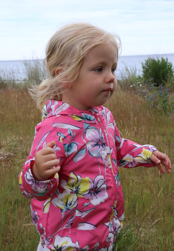Milly plockar blommor på Lungön