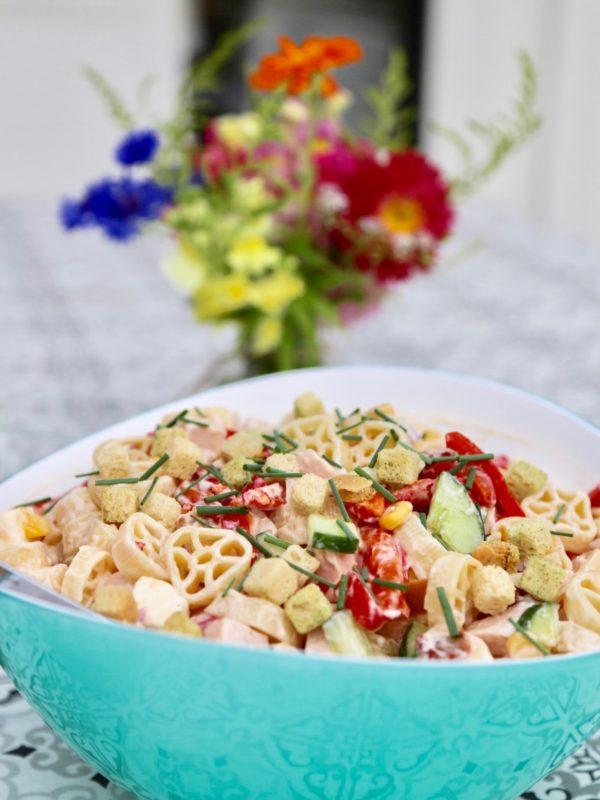 Pastasallad med kassler, fetaost och soltorkade tomater