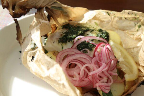 Fiskpaket med kryddsmör och picklad lök