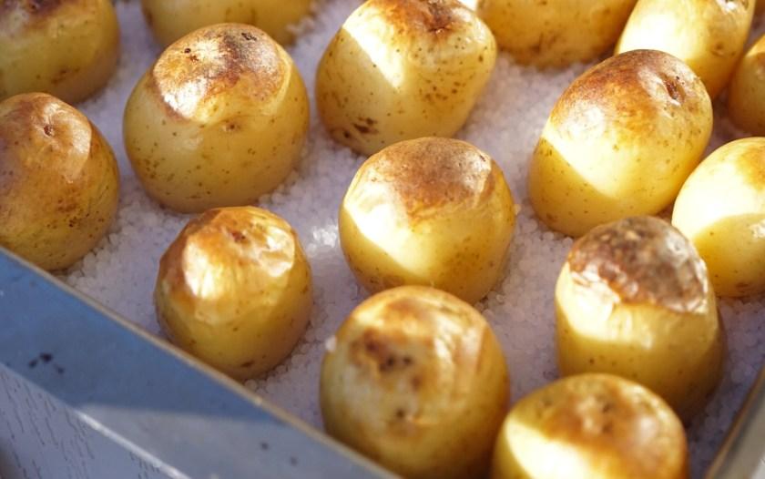 Saltbakad färskpotatis - fint att ställa fram direkt i formen!