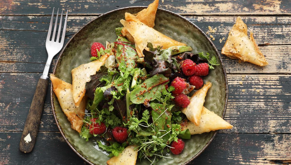 Gebackene Frischkäsetaschen mit Wildkräutersalat
