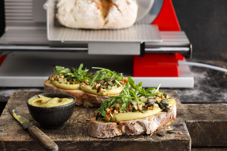 Kürbiskernbrot mit eigener Mayonnaise, Quinoa und Rucola