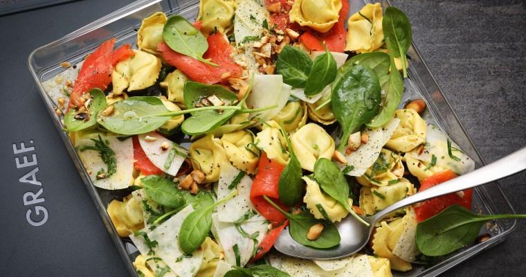 Kohlrabi-Tortellini mit Räucherlachs und Babyspinat