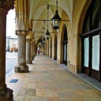 Kraków Rynek wejście do Sukiennic kolumny okna lampy kolumny sklepienia