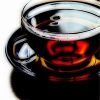 Mocna herbata w filiżance na spodeczku