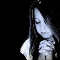 Modlitwa dziecka czarno białe zamyślone skoncentrowane