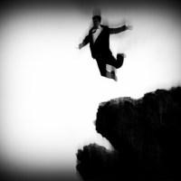 Skaczący człowiek samobójca skarpa