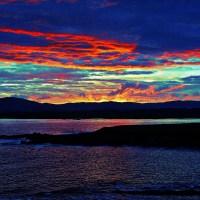 Cudowny zachód słońca nad oceanem i górami