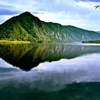 Piękne jezioro góry niebo