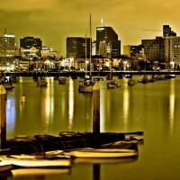 Port łodzie budynki wieżowce światła nocne miasta