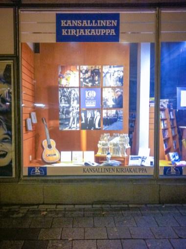 Kirjastonäyttelyn jälkeen samasta aineistosta tehtiin näyteikkuna Kansallisen Kirjakaupan ikkunaan.