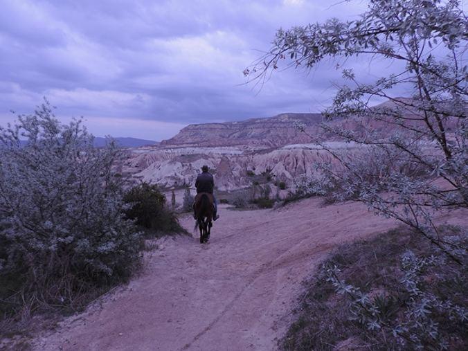 randonnée à cheval dans la vallée rose en cappadoce turquie