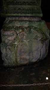 Tête de Medusa dans la citerne basilique à Istanbul